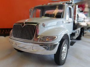 Jada 1 24 International Durastar 4400 Flatbed Tow Truck Die Cast Model White Cab